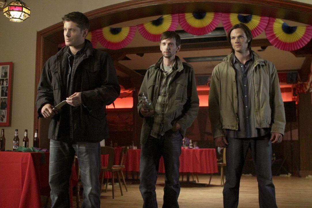Während Sam (Jared Padalecki, r.) glaubt, es wäre an der Zeit zu heiraten, verbündet sich Dean (Jensen Ackles, l.) widerwillig Garth (DJ Qualls,... - Bildquelle: Warner Bros. Television