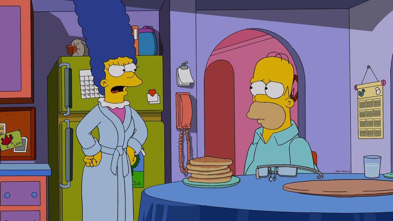 Hat Homer (l.) tatsächlich mit Hilfe der Datenbrille von Mr. Burns seine Frau Marge (l.) ausspioniert? Sie hält ihm eine gehörige Standpauke ... - Bildquelle: 2013 Twentieth Century Fox Film Corporation. All rights reserved.