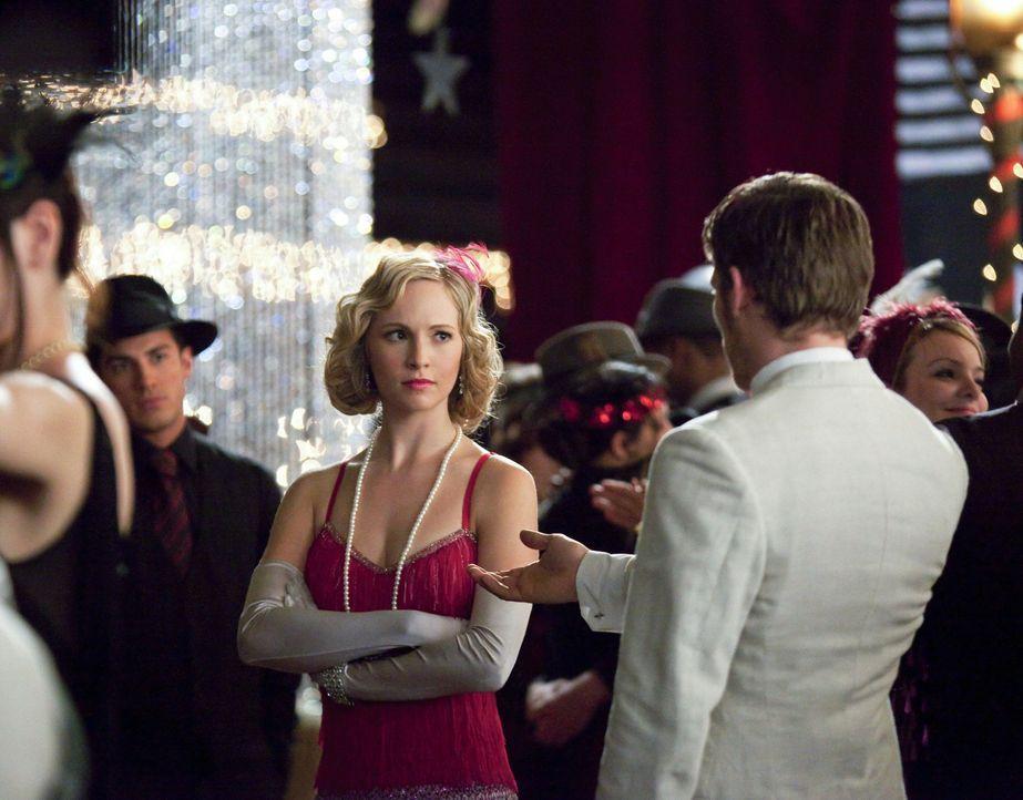 Caroline (Candice Accola, l.) ist nicht besonders begeistert als Klaus (Joseph Morgan, r.) plötzlich auf der zwanziger Jahre Party auftaucht ... - Bildquelle: Warner Brothers