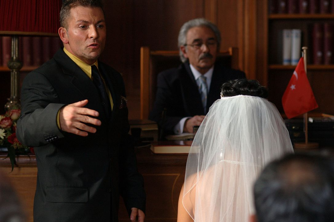 Endlich scheint Tarkans (Gandi Mukli, l.) sehnlichster Wunsch in Erfüllung zu gehen: die Heirat mit der attraktiven und warmherzigen Aylin (Mandala... - Bildquelle: ProSieben