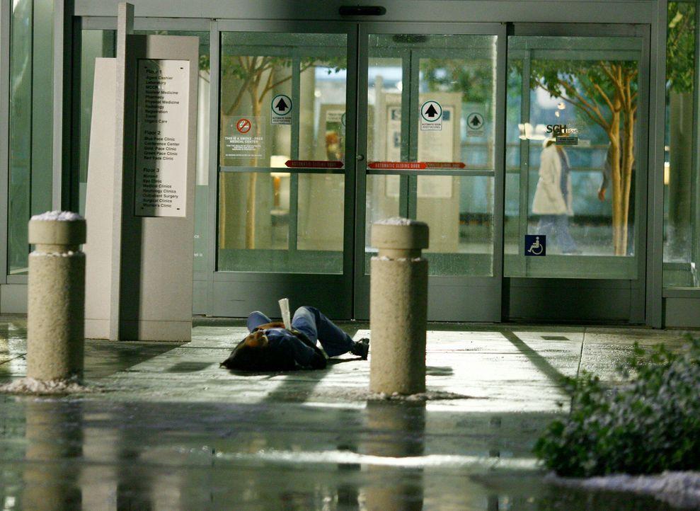 Als Cristina (Sandra Oh) am Boden liegt, bricht plötzlich ein riesiger Eiszapfen vom Dach ab und durchbohrt sie. Meredith rennt sofort los, um Hilf... - Bildquelle: Touchstone Television
