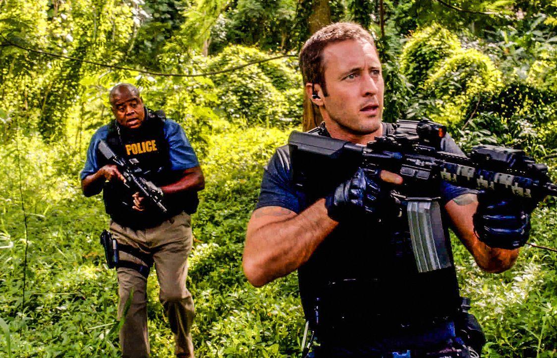 Versuchen gemeinsam, einen neuen Fall zu lösen: Steve (Alex O'Loughlin, r.) und Captain Grover (Chi McBride, l.) ... - Bildquelle: 2013 CBS BROADCASTING INC. All Rights Reserved.
