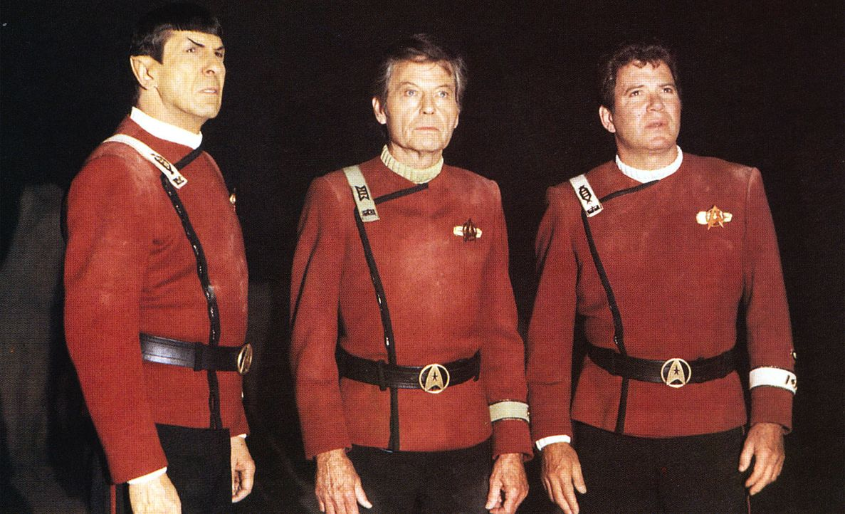 Die Enterprise ist mit Captain Kirk (William Shatner, r.), Dr. McCoy (DeForest Kelley, M.), Mr. Spock (Leonard Nimoy, l.) und der gesamten Mannschaf... - Bildquelle: 2003 By Paramount Pictures All Rights Reserved