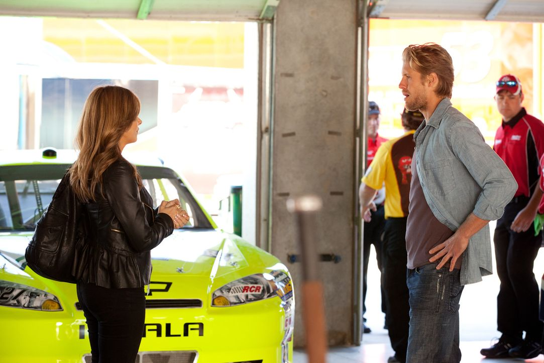 Danis (Callie Thorne, l.) nächster Klient ist Billy (Matt Barr, r.), ein NASCAR-Fahrer, welcher nach einem schweren Abflug in eine Mauer unter Pani... - Bildquelle: 2011 Sony Pictures Television Inc. and Universal Network Television LLC.  All Rights Reserved.