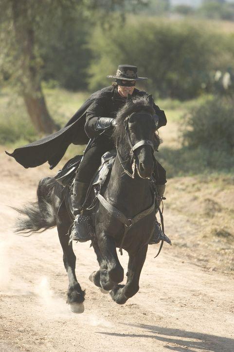Der maskierte Rächer reitet wieder. Zehn Jahre, nachdem Don Alejandro de la Vega (Antonio Banderas) erstmals die Maske des Zorro angelegt und für... - Bildquelle: Sony Pictures Television International. All Rights Reserved.