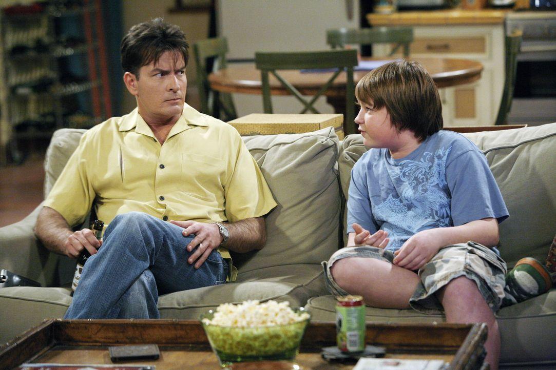 Charlie (Charlie Sheen, l.) spielt sich vor seinem Neffen Jake (Angus T. Jones, r.) mal wieder als Frauenheld auf ... - Bildquelle: Warner Brothers Entertainment Inc.
