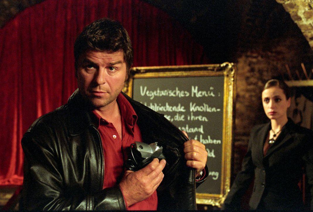 """Jupp (Uwe Fellensiek, l.) wird von Rita Schiffer (Anna Thalbach, r.) durch das Restaurant """"After Dark"""" geführt. Zum Glück hat Jupp ein Nachtsichtger... - Bildquelle: Martin Lässig Sat.1"""
