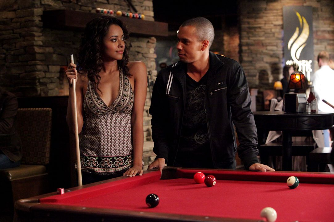 Luka (Bryton James, r.), der Neue zeigt Interesse an Bonnie (Katerina Graham, l.) ... - Bildquelle: Warner Brothers