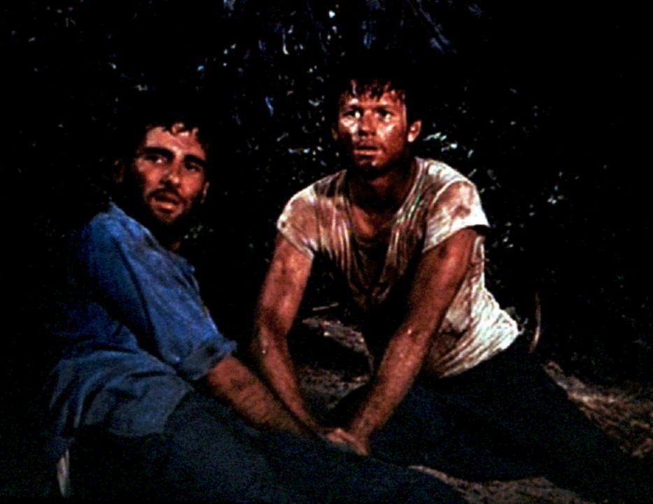 Norman (Jordan Suffin, l.) und Ben (Eric Scott, r.) sind in japanische Gefangenschaft geraten und befürchten nun, erschossen zu werden. - Bildquelle: WARNER BROS. INTERNATIONAL TELEVISION