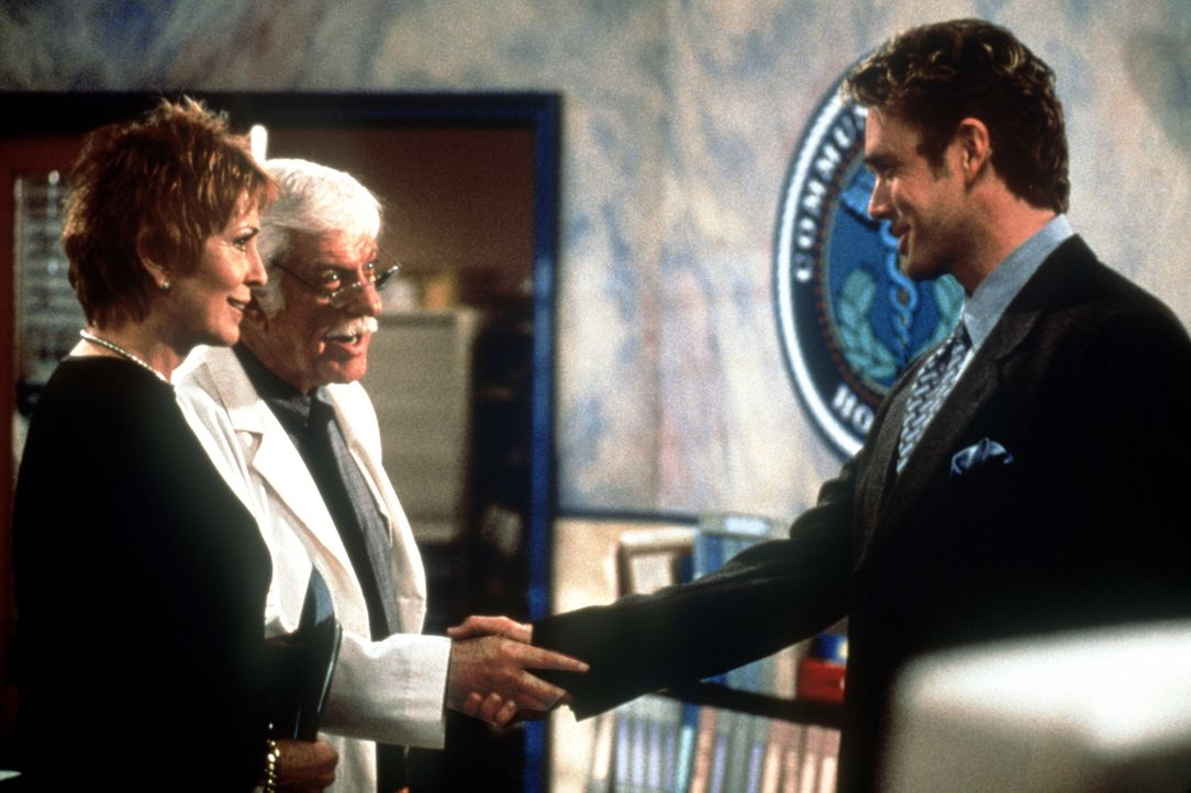 Mark (Dick Van Dyke, M.) und Madison (Joanna Cassidy, l.) schließen wieder Frieden mit Brett (John Schneider, r.). - Bildquelle: Viacom