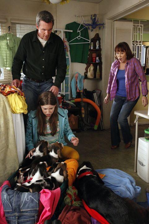 Sue (Eden Sher, vorne) liebt die neue Jeans, die sie von Frankie (Patricia Heaton, r.) und Mike (Neil Flynn, hinten l.) bekommen hat, doch leider is... - Bildquelle: Warner Brothers