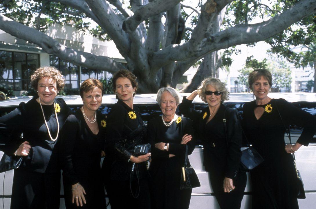 """Das hätten sich die """"Kalender Girls"""" nie träumen lassen: Cora (Linda Bassett), Annie Clarke (Julie Walters), Celia (Celia Imrie), Jessie (Annette Cr... - Bildquelle: Jamie Midgley Buena Vista Pictures Distribution /   Touchstone Pictures. All Rights Reserved."""