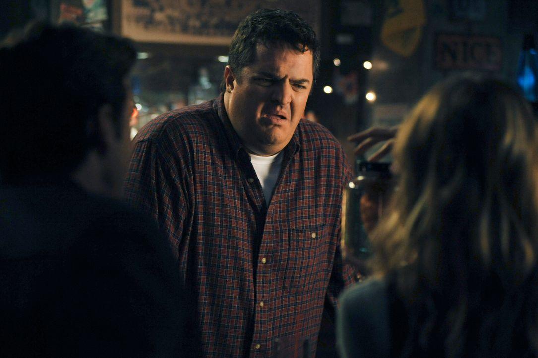 Joe (Steven W. Bailey, M.) kann mit dem Geschenk, dass Derek (Patrick Dempsey, l.) Meredith (Ellen Pompeo, r.) geschenkt hat, absolut nichts anfange... - Bildquelle: Touchstone Television