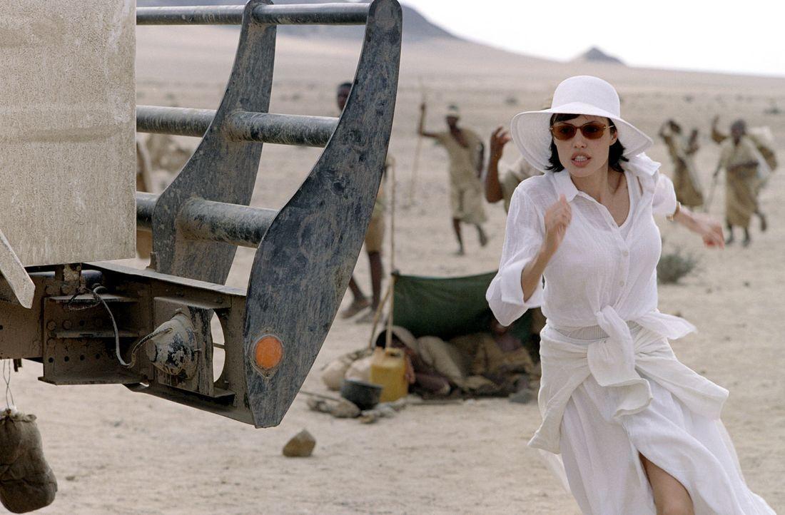 Sarah (Angelina Jolie) ist von der flammenden Rede von Dr. Nick Callahan, die er zugunsten von hilfsbedürftigen Kindern in Afrika hält, so schwer... - Bildquelle: Paramount Pictures