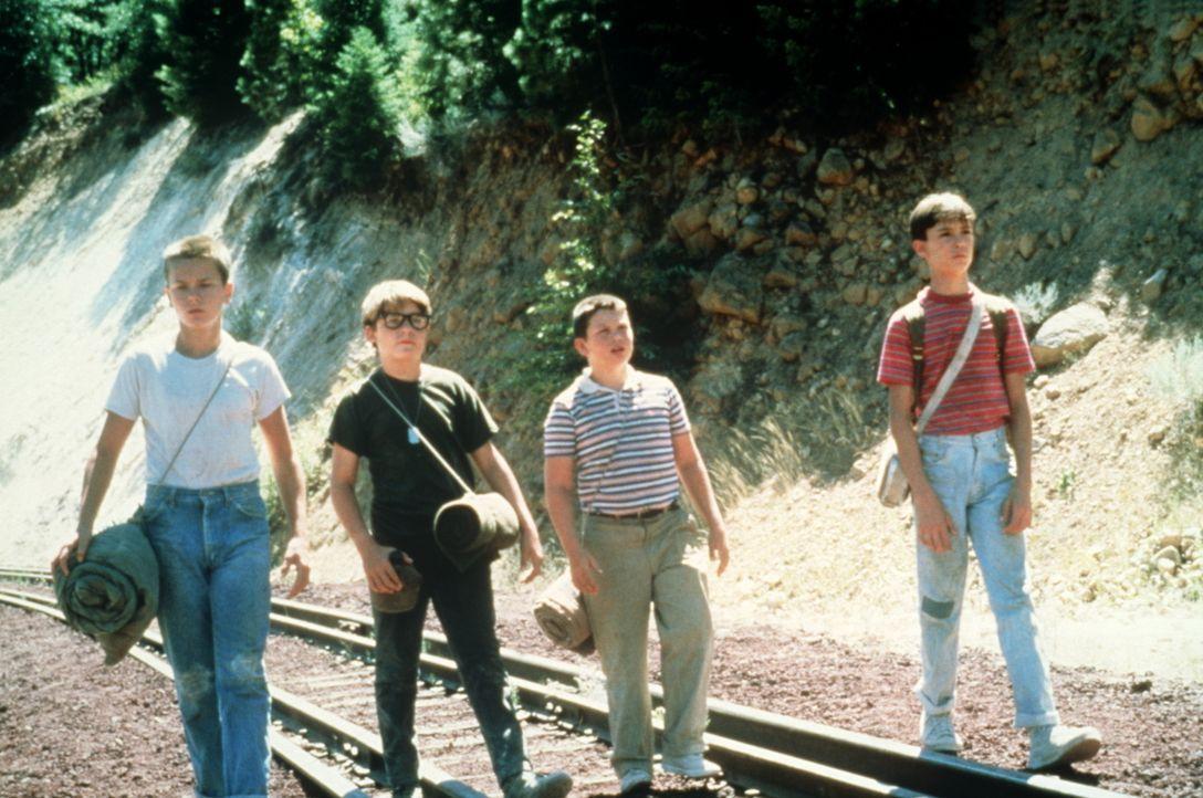 Heimlich auf der Suche nach der Leiche eines Jungen: Die vier Freunde Gordie (Will Wheaton, r.), Chris (River Phoenix, l.), Vern (Jerry O´Connell, 2... - Bildquelle: Columbia Pictures