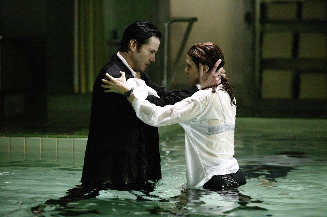 Als Angela (Rachel Weisz, r.) von einer unbekannten Macht entführt wird, kann nur einer sie retten: Constantine (Keanu Reeves, l.) ... - Bildquelle: Warner Brothers