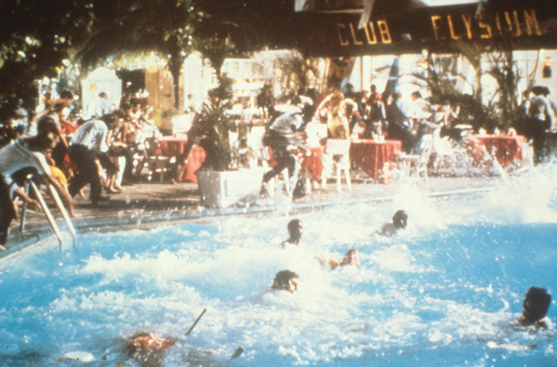 Hungrige Piranhas beeinträchtigen die Badefreuden doch ganz erheblich ... - Bildquelle: Columbia Pictures