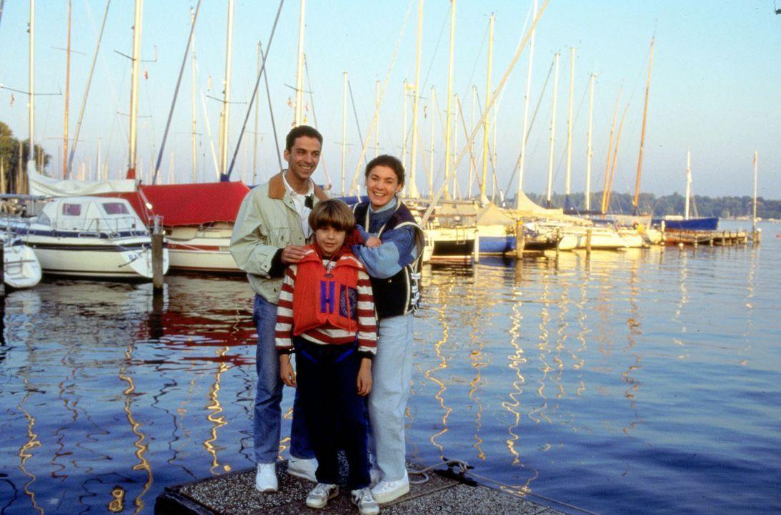 Endlich kann Stefanie (Kathrin Waligura, r.) mal ausspannen. Mit dem Arzt im praktischen Jahr, Dr. Timo Lennart (Martin Halm, l.), und ihrem Sohn Al... - Bildquelle: Noreen Flynn Sat.1