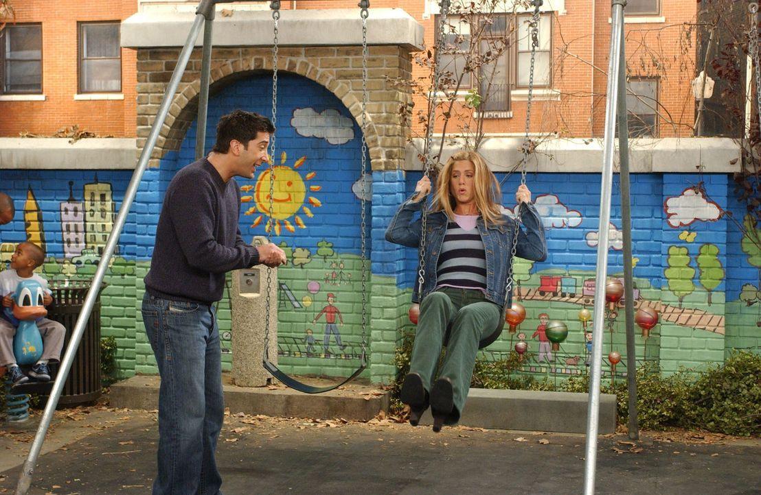 Da Rachel (Jennifer Aniston, r.) als Kind einen Unfall auf einer Schaukel hatte, möchte sie nicht, dass Ross mit Emma auf den Spielplatz geht. Ross... - Bildquelle: 2003 Warner Brothers International Television