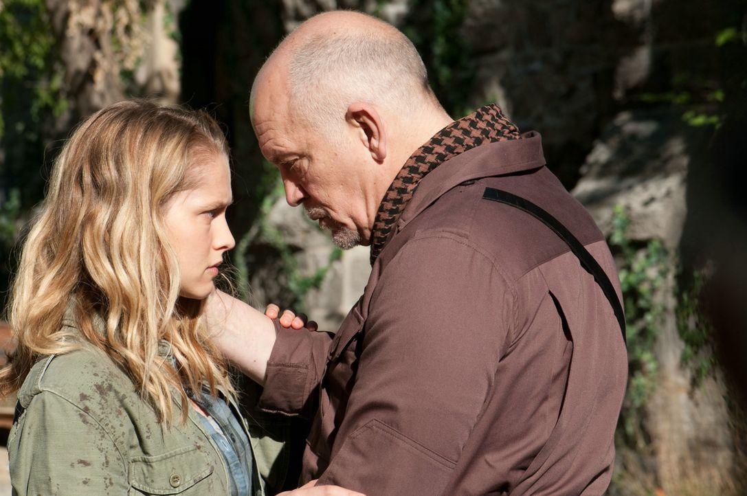 General Grigio (John Malkovich, r.) möchte seine Tochter (Teresa Palmer, l.) vor den Zombies beschützen und das Überleben der letzten Menschen ermög... - Bildquelle: 2013 Concorde Filmverleih GmbH