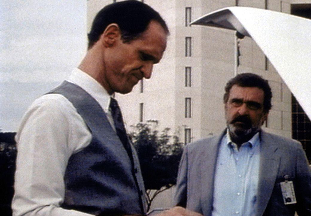 Als Mark (Victor French, r.) Gefängnisdirektor Inman (Bruce French, l.) auf die Ungerechtigkeit in seiner Anstalt aufmerksam macht, reagiert dieser... - Bildquelle: Worldvision Enterprises, Inc.
