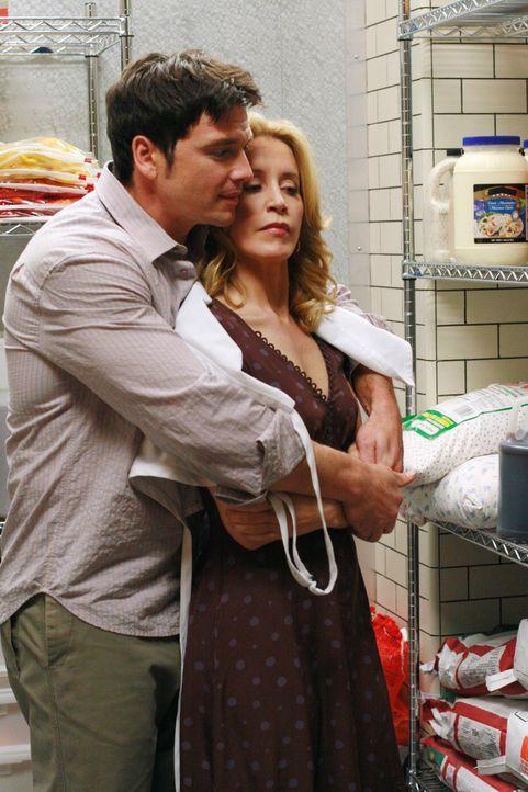 Lynette (Felicity Huffman, r.) und Rick (Jason Gedrick, l.) genießen einen weiteren schönen Abend in der Pizzeria, als sie plötzlich von einer Bande... - Bildquelle: 2005 Touchstone Television  All Rights Reserved