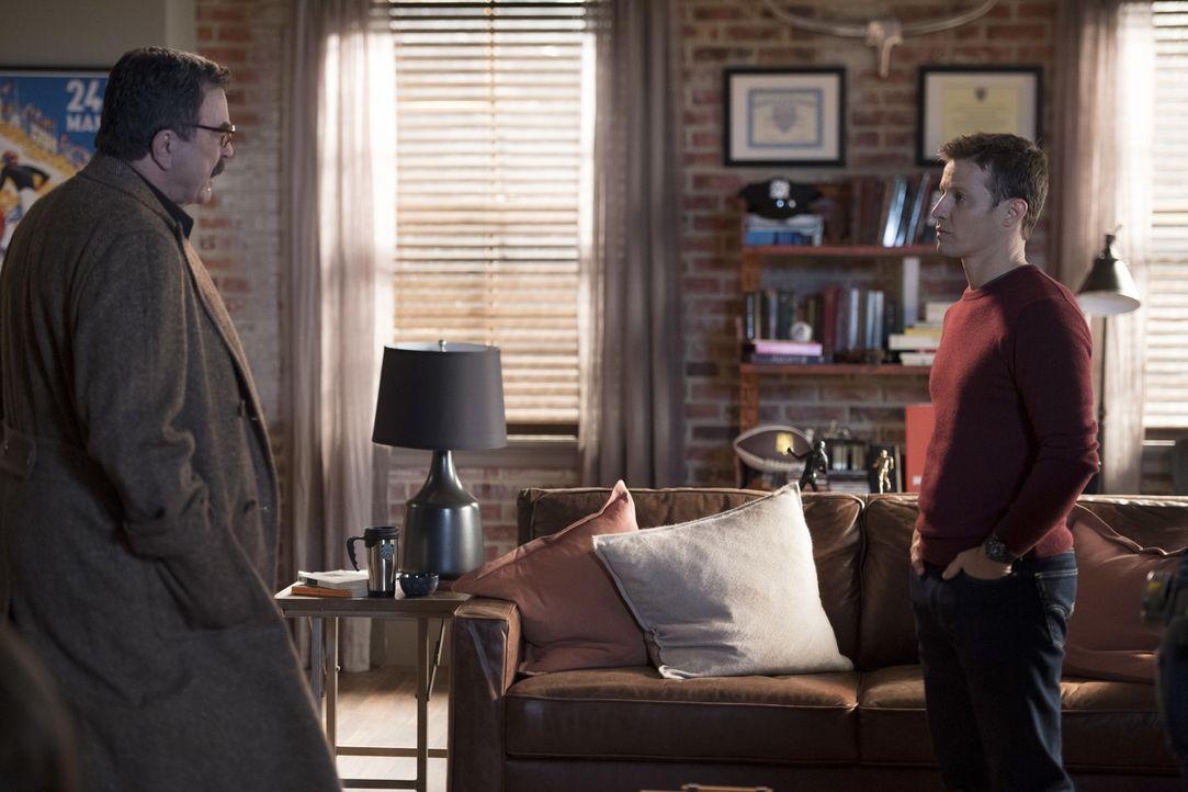 Während Jamie (Will Estes, r.) versucht eine Extrabehandlung von seinem Vater (Tom Selleck, l.) zu bekommen, um einem ehemaligen Cop zu helfen, muss... - Bildquelle: David M. Russell 2017 CBS Broadcasting, Inc. All Rights Reserved