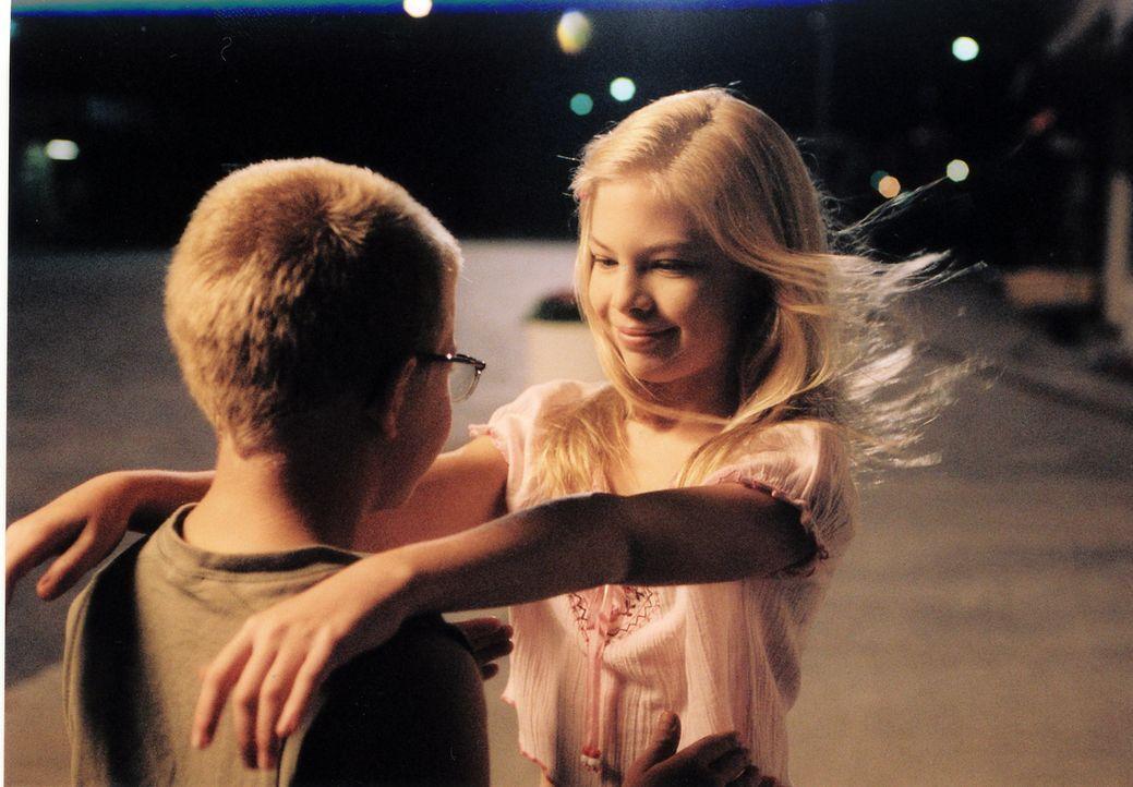 Toby Wilson (Jonathan Lipnicki, l.) ist unsterblich in die langbeinige Scarlett (Amanda Alch, r.) verliebt, doch diese liebt einen anderen ... - Bildquelle: Echo Bridge Entertainment LLC