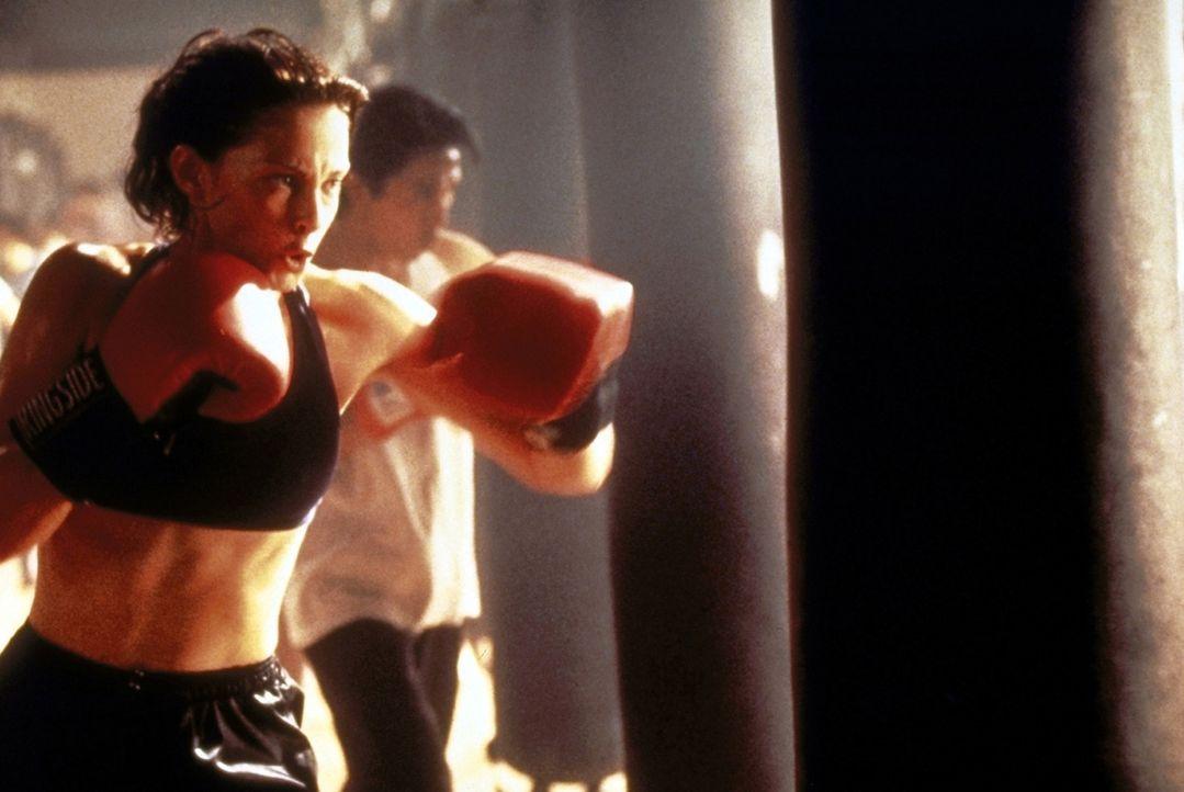 Die Ärztin Kate McTiernan (Ashley Judd) kann mit viel Glück dem unbekannten Mörder entkommen ... - Bildquelle: Paramount Pictures