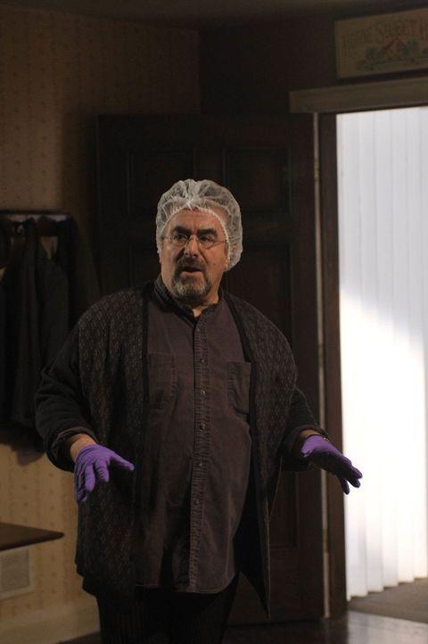 Nachdem offensichtlich ein Artefakt etwas mit der Explosion in einer Polizeistation zu tun hat, nehmen Agent Artie (Saul Rubinek) und sein Warehouse... - Bildquelle: Philippe Bosse SCI FI Channel