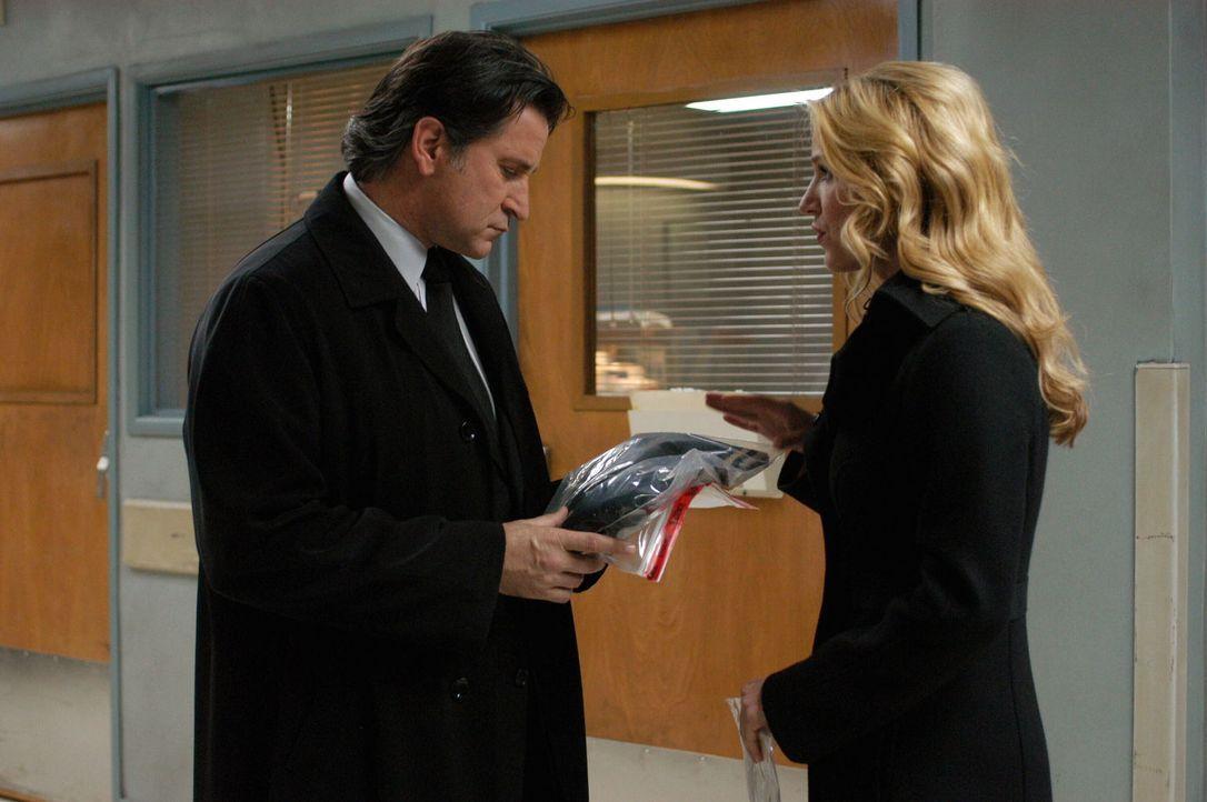 Samantha Spade (Poppy Montgomery, r.) übergibt ihrem Chef Jack Malone (Anthony LaPaglia, l.) wichtiges Beweismaterial. - Bildquelle: Warner Bros. Entertainment Inc.