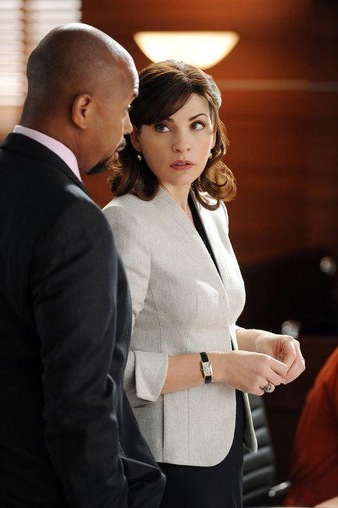 Im aktuellen Fall bekommt Alicia (Julianna Margulies, r.) unterstützung von Julius (Michael Boatman, l.) ... - Bildquelle: 2011 CBS Broadcasting Inc. All Rights Reserved.