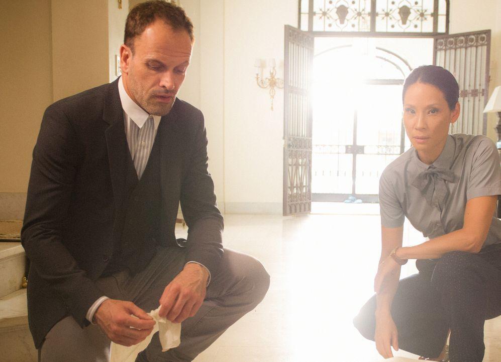 Als sie die Leiche eines Drogendealers finden, werden Joan (Lucy Liu, r.) und Sherlock (Johnny Lee Miller, l.) vor ein Ultimatum gestellt: Sie haben... - Bildquelle: Jeff Neira 2016 CBS Broadcasting, Inc. All Rights Reserved