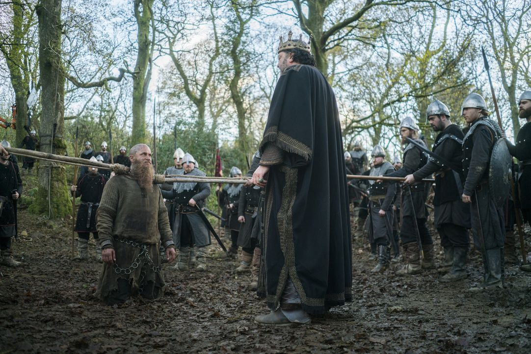 Ragnar (Travis Fimmel, l.) wird an König Aelle (Ivan Kaye, r.) ausgeliefert. Doch was will dieser ihm antun? - Bildquelle: 2016 TM PRODUCTIONS LIMITED / T5 VIKINGS III PRODUCTIONS INC. ALL RIGHTS RESERVED.