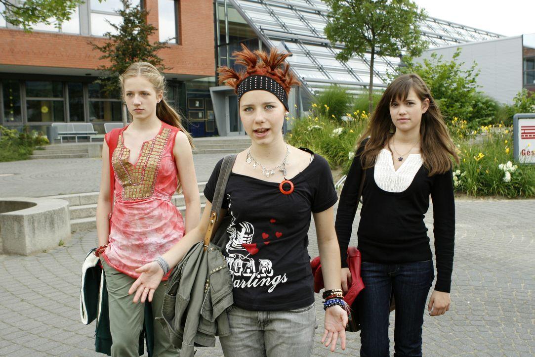Mila (Emilia Schüle, r.), Hannah (Selina Shirin Müller, M.) und Kati (Henriette Nagel, l.) sind beste Freundinnen - sie sind immer füreinander da, a... - Bildquelle: Constantin Film