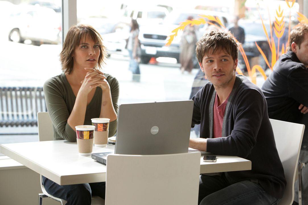 Rose (Lauren Cohan, l.) und Salter (Trevor Peterson, r.) können sich in einem speziellen Café für Vampire auch bei Tageslicht treffen ... - Bildquelle: Warner Brothers