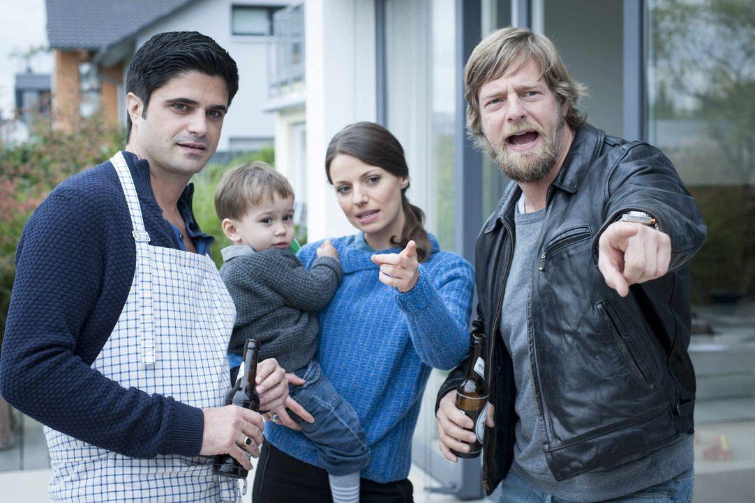 Während Andreas (Maximilian Grill, l.) inzwischen mit Frau (Julia Hartmann, 2.v.r.) und Sohn Karl (Sebastian Raaf, 2.v.l.) in einem schmucken Reihen... - Bildquelle: Martin Rottenkolber SAT.1