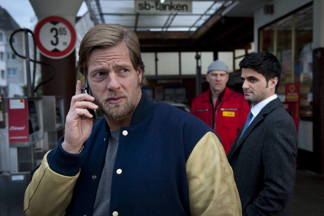 Während Mick (Henning Baum, l.) die Geschichte mit dem verdorbenen Eiersalat glaubt, kann Andreas (Maximilian Grill, r.) den Aussagen des Tankstelle... - Bildquelle: Martin Rottenkolber SAT.1