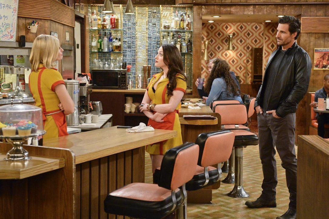 Caroline (Beth Behrs, l.) und Max (Kat Dennings, M.) staunen nicht schlecht, als Randy (Ed Quinn, r.) Max im Diner aufsucht, um ihrer Beziehung eine... - Bildquelle: 2016 Warner Brothers