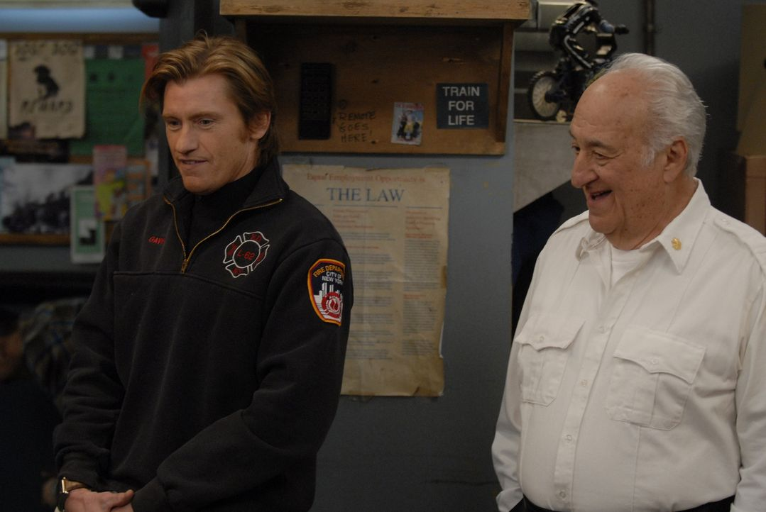Familientreffen: Tommy (Denis Leary, l.) und sein Dad (Charles Durning, r.) ... - Bildquelle: 2007 Sony Pictures Television Inc. All Rights Reserved