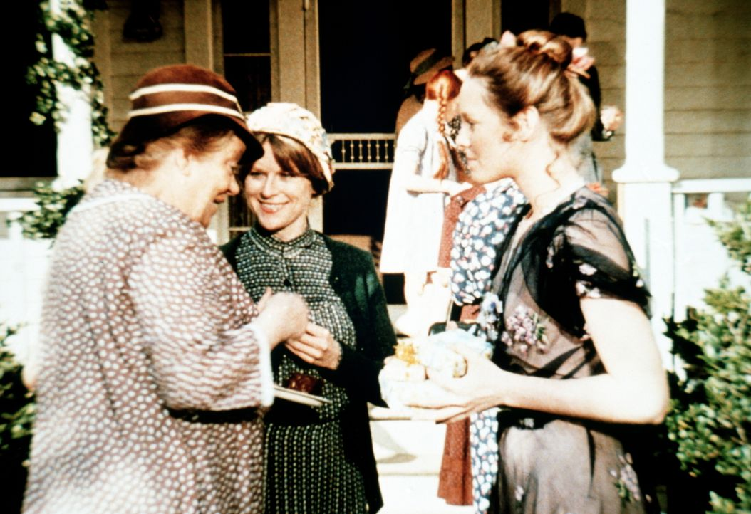 Anlässlich des Schulabschlusses von Erin Walton (Mary Beth McDonough, r.) wird im Hause der Waltons gefeiert. Fanny Tatum (Sheila Allen, l.) erzählt... - Bildquelle: WARNER BROS. INTERNATIONAL TELEVISION