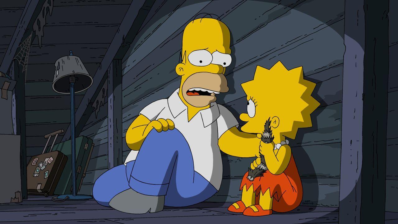 Halloween steht vor der Tür und für Homer (l.) und Lisa (r.) steht ein spannender Abend bevor ... - Bildquelle: 2015 Fox and its related entities.  All rights reserved.