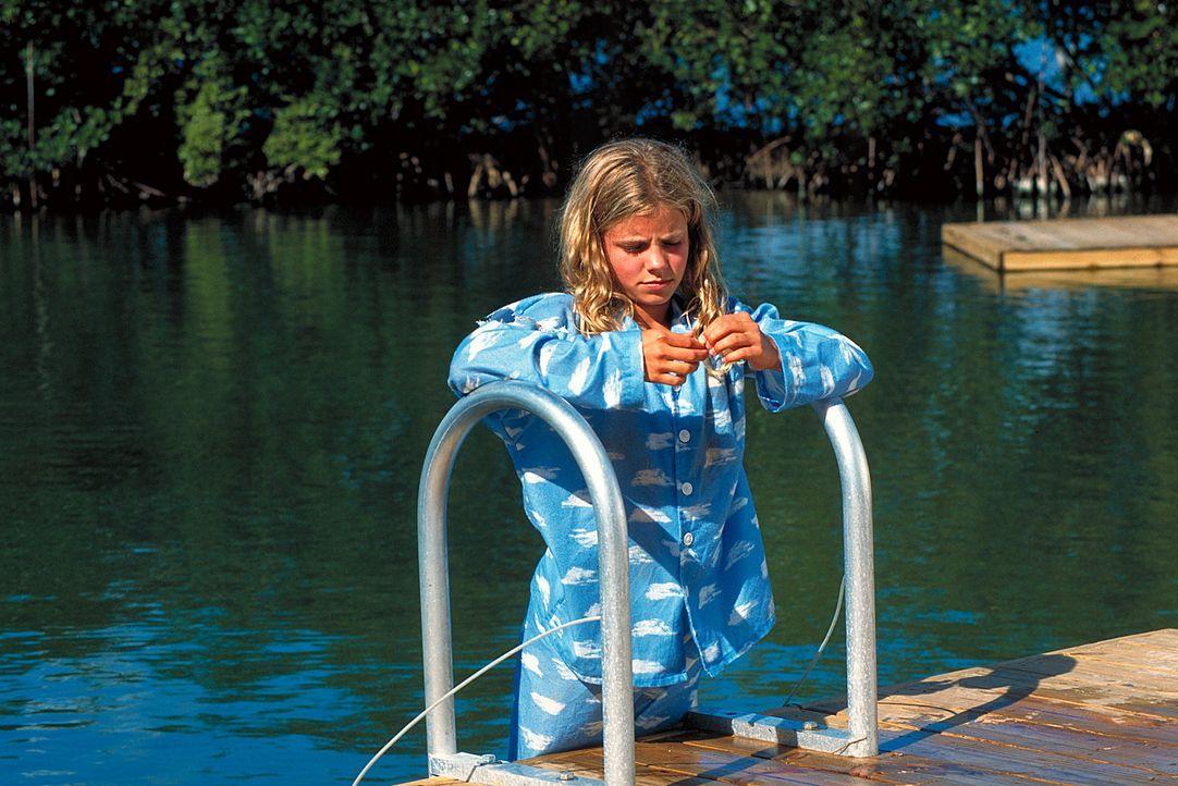 In Florida soll eine Therapie mit Delphinen die kleine Nina (Louisa Herfert) von einem schweren Trauma befreien. Doch zunächst sperrt sich das Kind... - Bildquelle: Leslie Haslam ProSieben