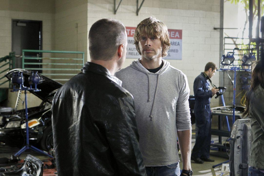 Auf der Suche nach einen Bombenleger: Callen (Chris O'Donnell, l.) und Deeks (Eric Christian Olsen, r.) ... - Bildquelle: CBS Studios Inc. All Rights Reserved.