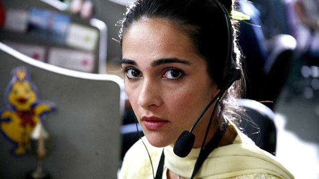 Priya R. Sethi (Shriya Saran) arbeitet in einem Callcenter in der indischen M...