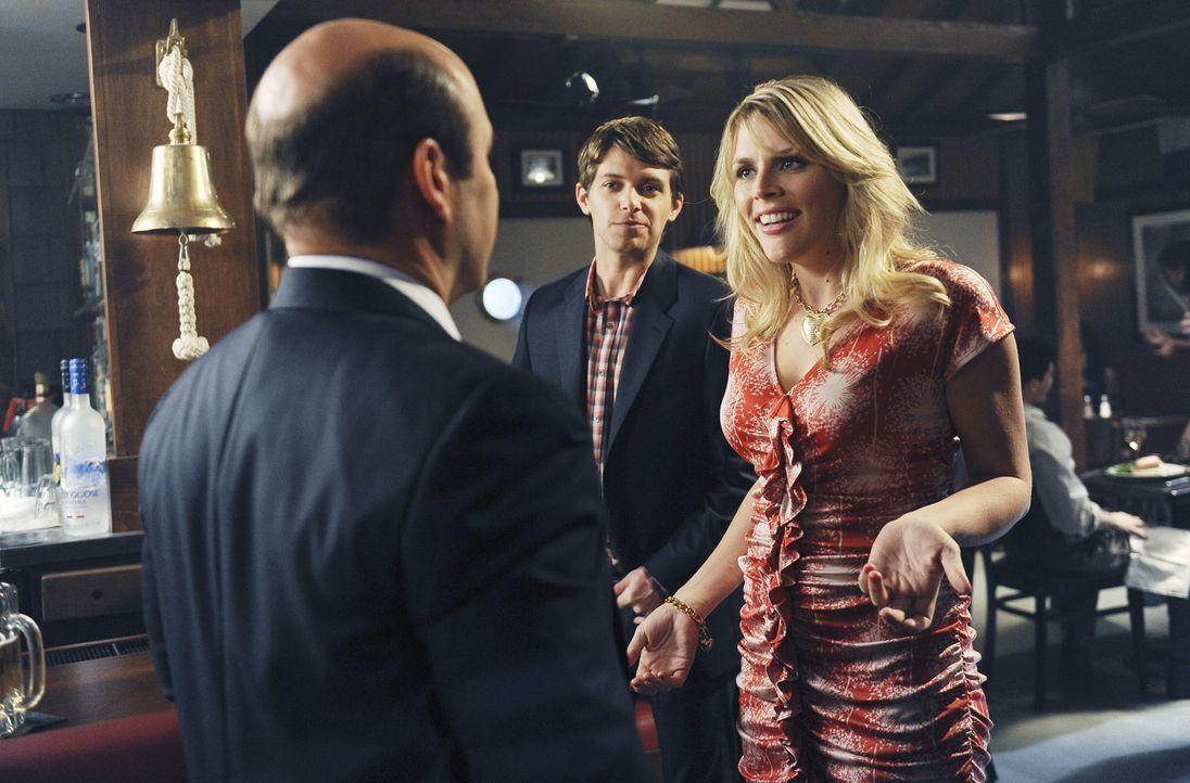 Laurie (Busy Philipps, r.) macht sich einen Spaß aus ihrem Flittchen-Ruf. Dich wird sie Andy (Ian Gomez, l.) und den reichen Smith (Ryan Devlin, M.... - Bildquelle: 2009 ABC INC.