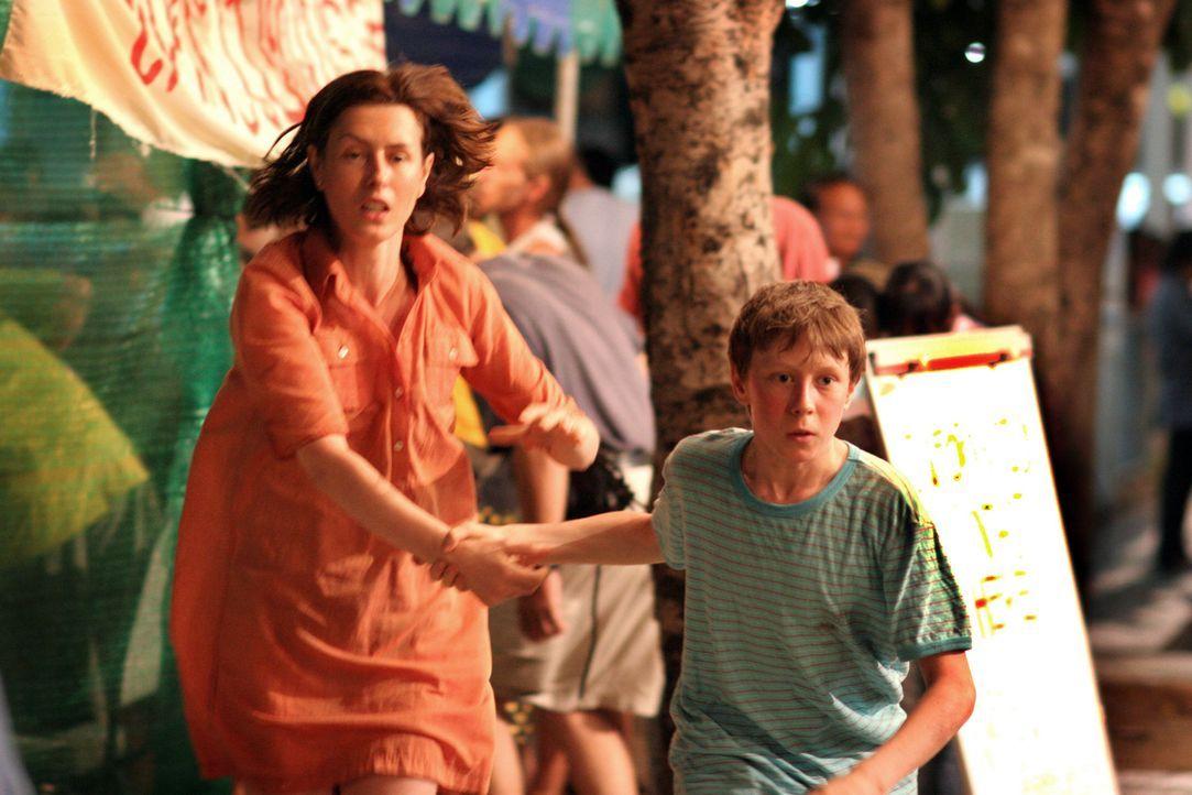 Endlich gelingt es Kim Peabody (Gina McKee, r.) und Adam (George MacKay, l.), John lebendig zu finden. Doch der Junge hat schwerste Beinverletzungen... - Bildquelle: Kerry Brown 2006 Home Box Office Inc. All Rights Reserved.