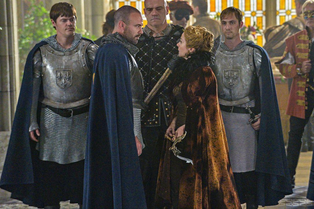 Führen eine Ehe aus dynastischen Gründen, doch Liebe gibt es zwischen ihnen nicht: König Henry II. (Alan Van Sprang, Mitte l.) und Königin Katherine... - Bildquelle: Ben Mark Holzberg 2013 The CW Network, LLC. All rights reserved.
