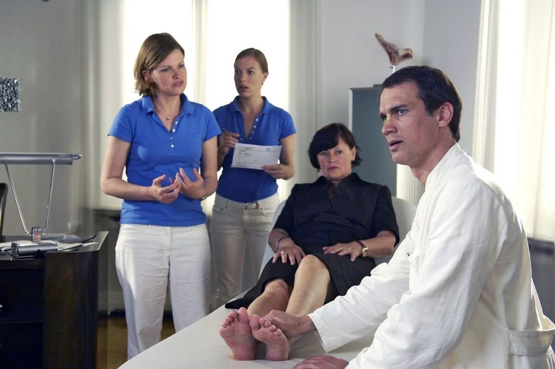 Zum Entsetzen von Nicki (Britta Horn, 2.v.l.) stellt Lisa (Mira Bartuschek, l.) Dr. Schneider (Ralf Bauer, r.) während einer Behandlung zur Rede, da... - Bildquelle: Britta Krehl Sat.1