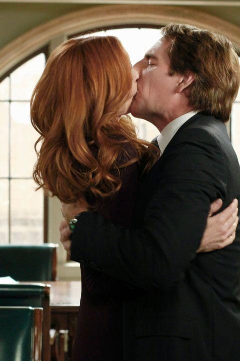 Trip (Scott Bakula, r.) fleht Bree (Marcia Cross, l.) an, ihm endlich die Wahrheit über den Abend zu sagen, doch erst als er sie küsst, erzählt sie... - Bildquelle: ABC Studios